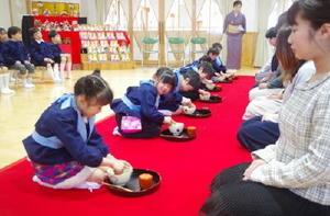 それぞれの保護者に茶をたてる須古保育園年長組の子どもたち=白石町の須古保育園(提供)