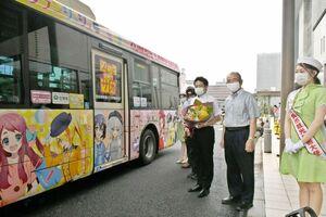 「ゾンビランドサガ」のラッピングバスの出発式=佐賀市役所前