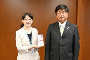 贈呈式で、目録を渡した福田敏治会長(右)と甲斐直美部長=佐賀県庁