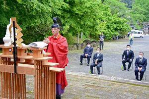 新型コロナウイルスの終息と窯業の業績回復を祈願した陶祖祭=有田町の陶山神社