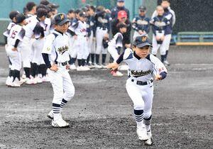 雨が降る中、走塁を練習する選手たち=佐賀市のみどりの森県営球場