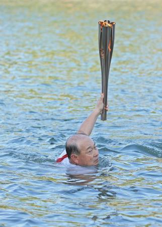 聖火リレー、日本泳法で川を渡る