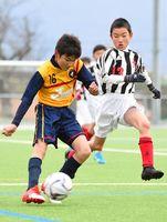 準々決勝・循誘少年-大坪少年 後半、シュートを放つ循誘少年・中野隆貴(左)=県総合運動場球技場