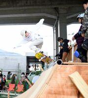 新幹線の高架下に設けられたスケボーランプで技を披露するスケーター=武雄市武雄町の鉄道高架下