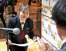 第2回家族の絆川柳コンクールで大賞に輝き、賞状を受け取る井上東子さん=佐賀市のモラージュ佐賀