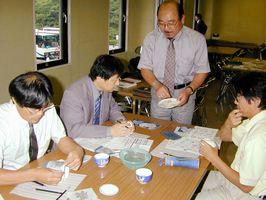 絵付け体験する教師ら=伊万里市の大川内山
