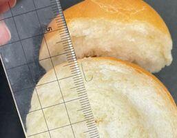 給食のパンに混入していたホチキスの芯(佐賀市教委提供)