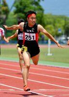 陸上男子200メートル決勝 21秒46で優勝した佐賀工の田中翔大=SAGAサンライズパーク運動場補助競技場
