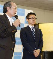 鹿島市長選で落選し、硬い表情の中村一尭さん(右)=22日午後10時12分、鹿島市古枝の事務所