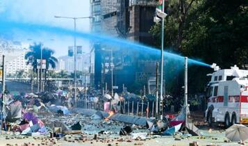 香港デモ隊、弓矢や投石機で対抗
