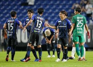 湘南に勝利し、タッチを交わすG大阪イレブン=パナスタ