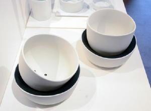 準グランプリ「Roll Pot」(デザイナー・midi/今村俊太・水口正夫)。鉢皿を軸に植木鉢を回転させ、日光の差す方向へ調整できる