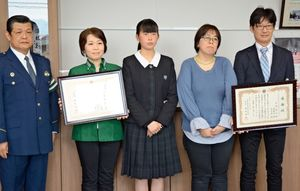 感謝状を受け取った北野さん家族と、コンビニ店員の松林さん(左から2人目)=鹿島警察署