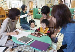 「スマホ時代の子育て」をテーマにしたセミナー。参加者はタブレット型端末を使いながら、付き合い方を考えた=神埼郡吉野ヶ里町のきらら館