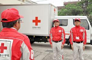 大分県津久見市に救援物資を届けるため、出発する日本赤十字社佐賀県支部の職員たち=佐賀市の日赤県支部