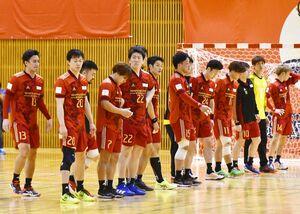 トヨタ紡織九州-豊田合成 試合後、がっくり肩を落とすトヨタ紡織九州の選手たち=愛知県のウィングアリーナ刈谷