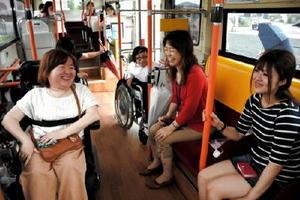 ノンステップバス乗車体験の参加者たち。車椅子は床のベルトで固定されている=佐賀市の佐賀女子短期大