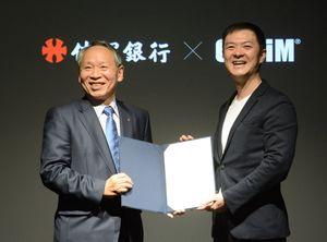 AI、IoT活用の戦略的包括提携を結んだ佐賀銀行の陣内芳博頭取(左)とオプティムの菅谷俊二社長=佐賀市のオプティム佐賀本店