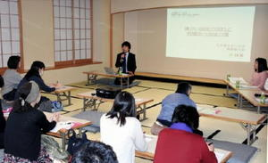福祉施設で看護師の必要性が増していることなどが報告された講演会=佐賀市のアバンセ