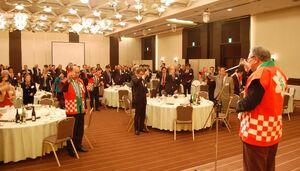 佐賀の日本酒で乾杯する福岡市佐賀県人会の参加者=福岡市のソラリア西鉄ホテル