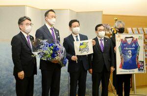 山口祥義知事(中央)と記念写真に納まる久光製薬の中冨一榮社長(左から2番目)ら=県庁