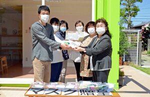 クレブスサポートの東内順子さん(右端)らからマスクを受け取る今川一洋園長(左端)ら=佐賀市の中央保育園
