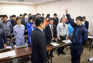 峰達郎唐津市長を前に宣誓する山浦和人選手=唐津市文化体育館