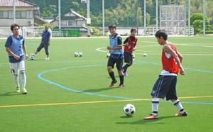 県高校総体へ向けて合同練習に励む太良高と唐津青翔高の選手たち=多久市の西多久多目的運動広場