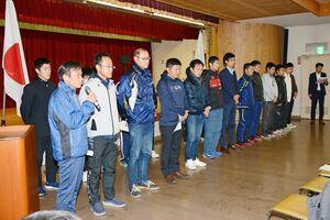 選手紹介で決意を述べる岩永義次監督(手前左)ら=有田町生涯学習センター