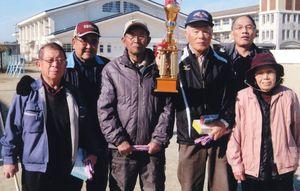 日新GG愛好会12月例会で優勝した第2組チームの選手たち