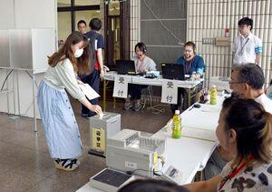 設置された期日前投票所で投票する学生=佐賀市の佐賀大学本庄キャンパス