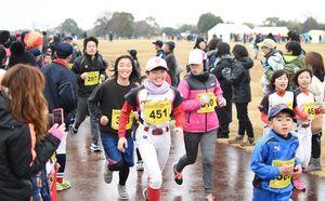 多くのランナーや声援を送る観客が集った「吉野ケ里ロードレースin神埼市」=1月、吉野ケ里歴史公園
