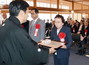 山口祥義知事(左)から表彰状を受け取る県政功労者=佐賀市の佐賀城本丸歴史館
