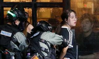 香港、マスク姿で過激デモ