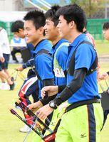 アーチェリー少年男子団体予選 しっかりとコミュニケーションを取りながら競技に集中する厳木高の選手たち=福井市スポーツ公園サッカー場