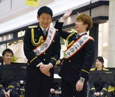 110番をテーマにした漫才をするメタルラックの野中勇輔さん(左)と山崎貴史さん=佐賀市のゆめタウン佐賀