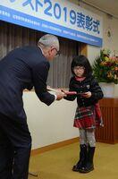 賞状を受け取る受賞者ら=佐賀市の九州電力佐賀支社