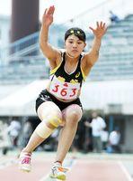 陸上女子三段跳び決勝 リーチを生かしたジャンプで優勝した龍谷の田中美空=佐賀市の県総合運動場陸上競技場