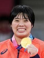 女子78キロ超級で優勝し、金メダルを手に笑顔の素根輝=日本武道館