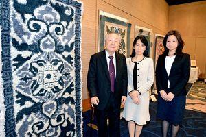 50年の集大成を披露した吉島伸一さん(左)と長女ひろ子さん(中)、孫の夕莉子さん=佐賀市のホテルニューオータニ佐賀