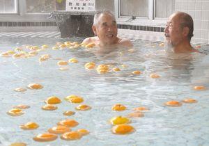 ユズを浮かべた風呂を楽しむ男性客=佐賀市富士町古湯の英龍温泉