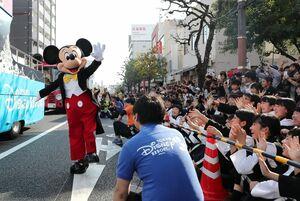 パレードで観客に手を振るミッキーマウス=佐賀市の中央大通り