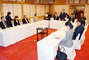 知事給料の引き上げなどを議論した県特別職報酬等審議会=佐賀市の佐嘉神社記念館