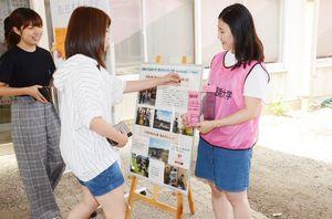 「Sun-Kissed」メンバー(右)の呼び掛けに応じ募金する学生=佐賀市の佐賀女子短期大