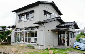 田手川沿いにある一軒家を改装したカフェ。随所に猫のイラストがあしらわれている=吉野ヶ里町田手