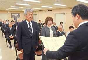 逢阪貴士本部長から勲記と勲章を受け取る出席者=佐賀市の県警本部