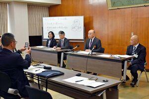 7日以降の休校実施について説明する鳥栖市の橋本康志市長(前列右から2人目)=市役所