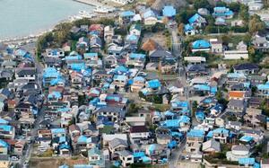 台風15号による被害で屋根が損傷し、ブルーシートが掛けられた多数の住宅=15日午後5時13分、千葉県鋸南町(共同通信社ヘリから)