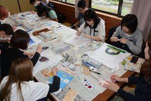 Tシャツに思い思いの絵を描く生徒たち=有田町岳の棚田館