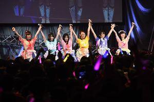 ライブ最後に手を上げ、ファンに感謝を伝えるフランシュシュのメンバー=唐津市ふるさと会館アルピノ